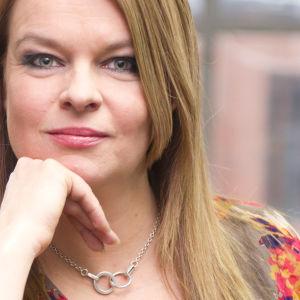 """""""Hyvän komedian alla asuu tragedian syvä olemus"""", tuumaa näyttelijä Elina Knihtilä."""