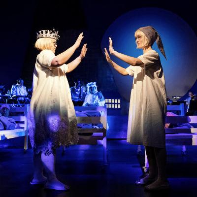 Skådespelarna Karoliina Karanen och Sophia Heikkilä i föreställningen I det stora landskapet på Svenska Teatern