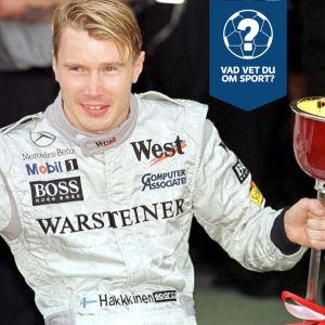 Mika Häkkinen med en pokal.