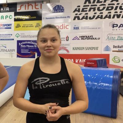 Kaksi nuorta kilpa-aerobiccaajaa
