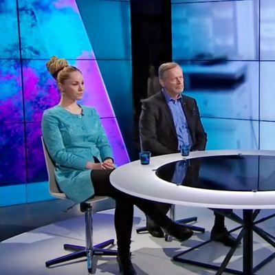 Hanna Sarkkinen (kansanedustaja, vas.) ja Martti Talja (kansanedustaja, kesk.) keskustelivat lääkärikoulutuksesta Seija Raution johdolla maanantain A-studiossa.