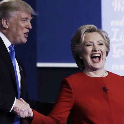Trump ja Clinton kättelivät vaaliväittelyn jälkeen.