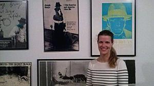 Museilektor Pernilla Wiik framför Beuys-affischer