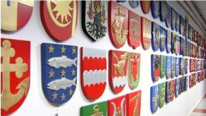Kommuhförbundets korridor är prydd med kommunvapen