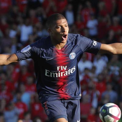 Kylian Mbappé firar mål.
