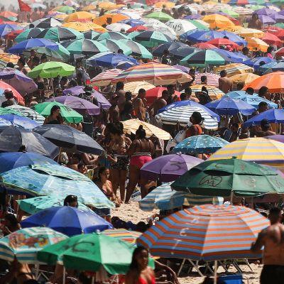 Rio de Janeirossa uimaranta täynnä ihmisiä välittämäti koronasuositusten etäisyyksistä.