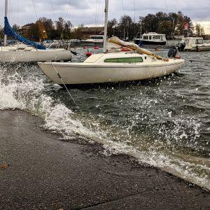 Vattnet har stigit upp till kajkanten vid Kompasstorget i Helsingfors.