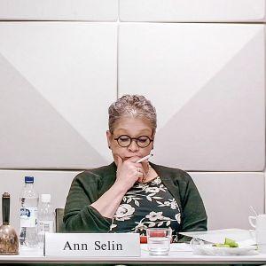Dokumenttielokuva seuraa kulissien takana, kun PAM:in puheenjohtaja Ann Selin kohtaa elämänsä haasteen.