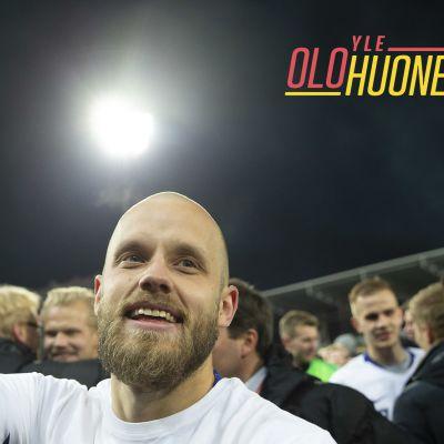 Jalkapalloilija Teemu Pukki heiluttaa kameralle