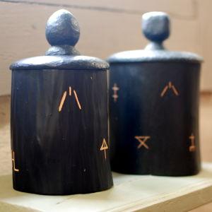 Krympaskar dekorerade med bomärken