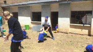 Marjaana Hoikkala leker med barn i Bolivia.