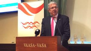 Juha Rehula berättade om vårdreformen på en presskonferens.