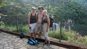 Pargasborna Carola Penger, Bernt Engström och Heli Antikainen-Pauna vid vattenfallet Cascato do Caracol,