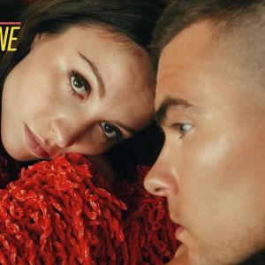 Ida Paul ja Kalle Lindroth poseeraavat promokuvassa.