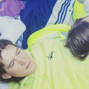 Arto Tuunela ja Pariisin kevään soittajat makaavat lattialla kasana.
