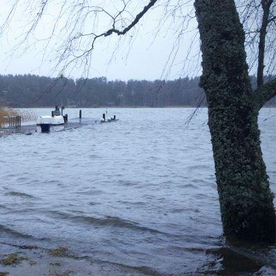 Korkealle noussut vedenpinta peittää suuren ison laiturista.