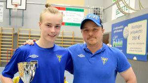 Årets junior Niko Orava och juniorernas huvudtränare Pekka Palomäki