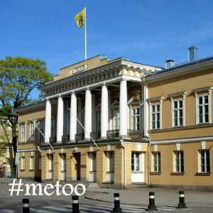 Åbo Akademis huvudbyggnad med metoo-text ovanpå.