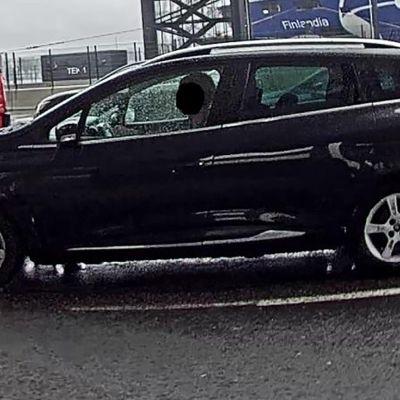 Poliisin lähettämä valvontakamerakuva rikoksesta epäiltyjen Renault-henkilöautosta.