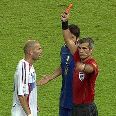 Zinedina Zidane sänker Marco Materazzi i VM-finalen 2006.