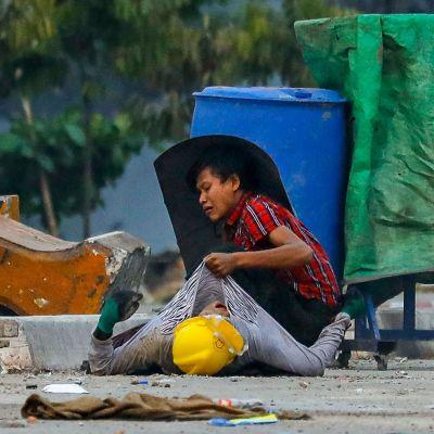 Videolla kuvaa Myanmarin mielenosoituksista sunnuntailta ja maanantailta.