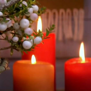 Frostigt jularrangemang med juleljus.