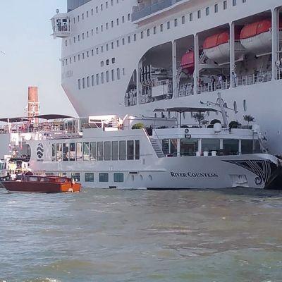 Italian pelastuslaitoksen välittämä kuva onnettomuuspaikalta Venetsiasta.