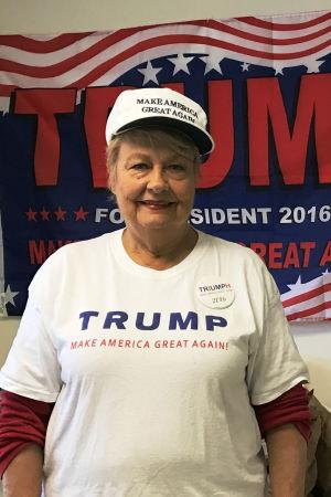 Barbara Dawson i kampanjlokalen där hon jobbar för Donald Trump.