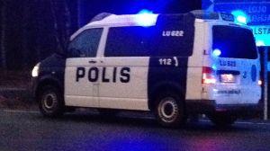 En polisbil med sirenerna på.