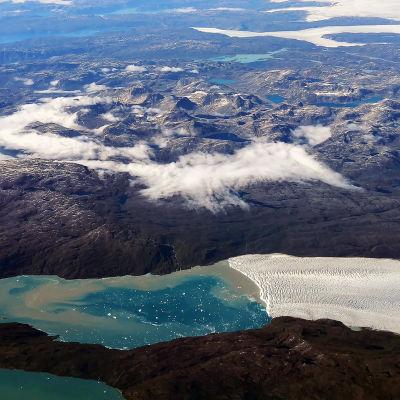 Helikopterbild på grönländska berg.