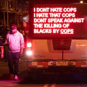 """""""Jag hatar inte poliser, men jag hatar att poliser inte motsätter sig det att poliser dödar svarta"""", stod det på demonstranternas ljusskylt under en demonstration i Philadelphia på tisdagen."""