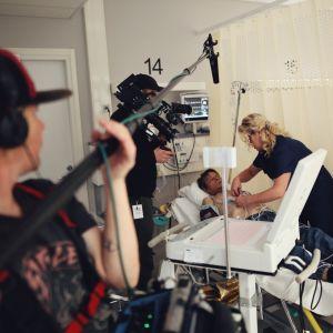 Sairaanhoitaja Mervi Suomalainen hoitaa potilasta Kuopion yliopistollisen sairaalan päivystyksessä.