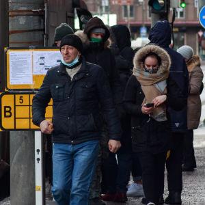 Passagerare stiger ur bussen i Talliinn.