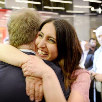SDP:n ehdokas Nasima Razmyar juhli Timo Harakan kanssa puolueen eduskuntavaalien vaalivalvojaisissa Helsingissä.