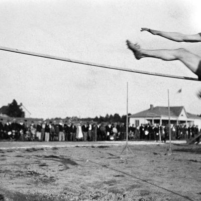 Urho Kekkonen hyppää korkeutta Kajaanissa vuonna 1931.