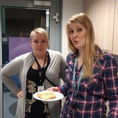 Riia Iivarinen ja Katja Jäppinen eteisen vieressä olevassa keittiössä.