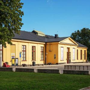 Tukholman Moderna Museétin rakennus aurinkoisena kesäpäivänä.