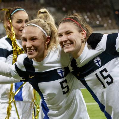 Emma Koivisto och Natalia Kuikka firar Finlands EM-plats.
