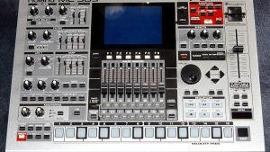 En Roland MC-909 trummaskin