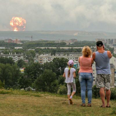 Armeijan asevaraston räjähdys nähtynä Achinskin kaupungista.