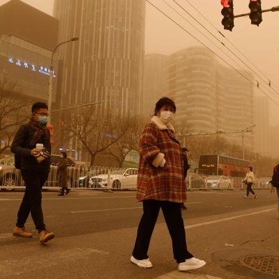 Pekingiin iski sakea hiekkamyrsky maanantaina.