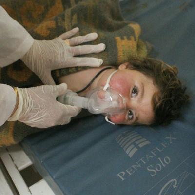 En misstänkt giftgasattack har krävt nästan 60 dödsoffer och över hundra skadade, bland dem många barn