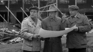 Kolme miestä rakennustyömaalla