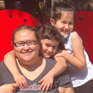 Jennifer Feldman i New York tillsammans med sina två döttrar.