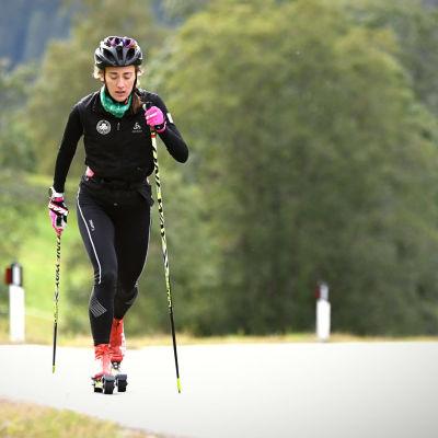 Jenny Fellman rullskidar uppför backe i alplandskap