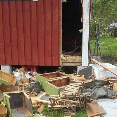 Karju teki tuhojaan varastossa petäjävedellä.