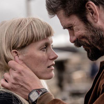 Näyttelijä Tommi Korpela pitää näyttelijä Laura Birnin kasvoja käsissään. Kohtaus elokuvasta Viimeiset.