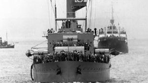 Kuvassa kaksi laivaa vuodelta 1938