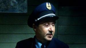 Esko Hukkanen konduktöörinä elokuvassa Lomapakko