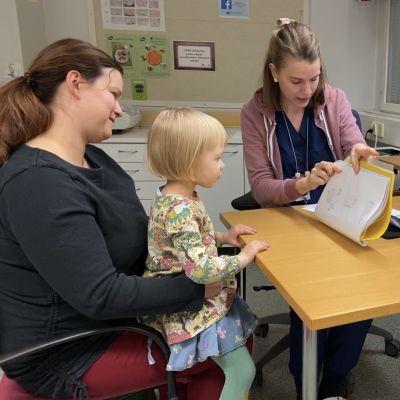 Terveydenhoitaja Emmi Pekesen tekee terveystarkastusta 3-vuotiaalle Almalle.